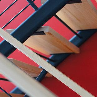 Ejemplo de escalera en U, actual, grande, sin contrahuella, con escalones de madera