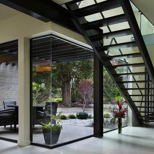 Exempel på en modern rak trappa, med öppna sättsteg