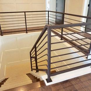 Diseño de escalera en L, actual, de tamaño medio, con escalones de metal, contrahuellas de metal y barandilla de metal