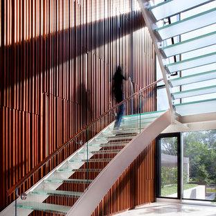 Idéer för att renovera en mycket stor funkis u-trappa i glas, med öppna sättsteg