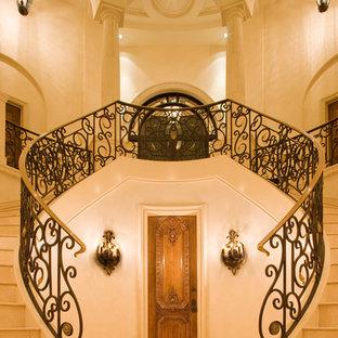 オースティンの地中海スタイルのおしゃれな階段の写真