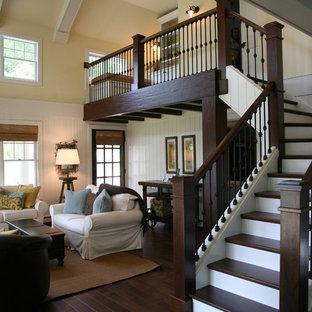 Diseño de escalera en L, clásica, de tamaño medio, con escalones de madera, contrahuellas de madera pintada y barandilla de metal
