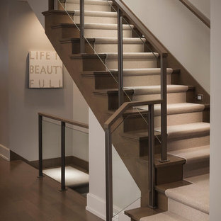 Imagen de escalera en L, moderna, de tamaño medio, con escalones de madera y contrahuellas de madera