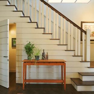 Ejemplo de escalera en L, clásica, con escalones de madera