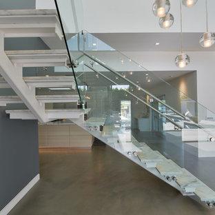 Стильный дизайн: угловая лестница среднего размера в стиле модернизм с мраморными ступенями и стеклянными перилами без подступенок - последний тренд
