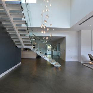 ロサンゼルスの中サイズのモダンスタイルのおしゃれな階段の写真