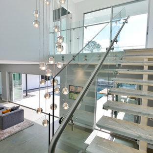 ロサンゼルスの中サイズの大理石のモダンスタイルのおしゃれな階段 (ガラスの手すり) の写真