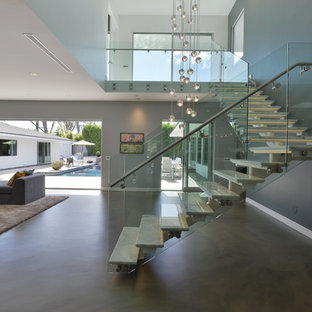 Пример оригинального дизайна: угловая лестница среднего размера в стиле модернизм с мраморными ступенями и стеклянными перилами без подступенок