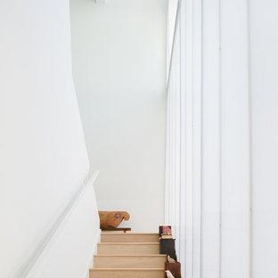 Imagen de escalera minimalista con escalones de madera y contrahuellas de madera