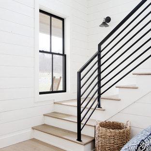 Imagen de escalera en L, campestre, con escalones de madera, contrahuellas de madera y barandilla de metal