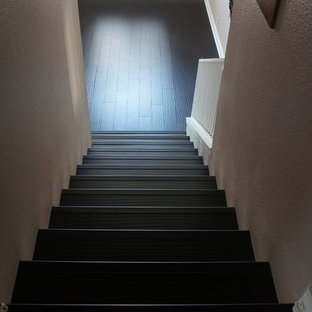 ロサンゼルスの中サイズの木のおしゃれな直階段 (フローリングの蹴込み板、木材の手すり) の写真