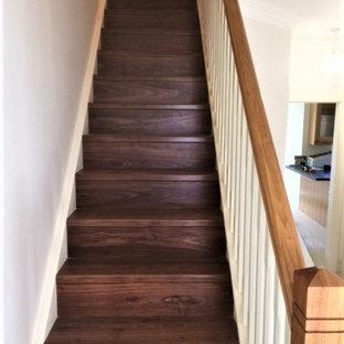 Источник вдохновения для домашнего уюта: прямая лестница среднего размера в стиле модернизм с деревянными ступенями, деревянными подступенками и деревянными перилами