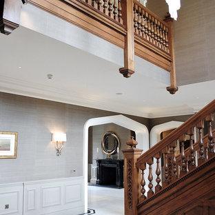 Idee per una grande scala tradizionale con pedata in legno e alzata in legno