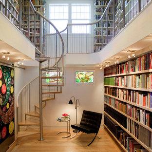 Diseño de escalera de caracol, actual, grande, sin contrahuella, con escalones de madera