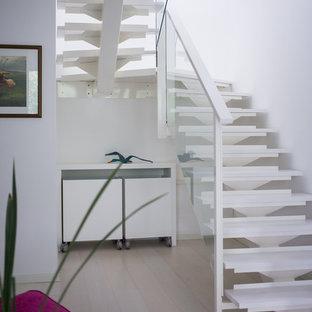 Foto de escalera en U, actual, sin contrahuella, con escalones de madera pintada