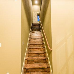 オースティンのラスティックスタイルのおしゃれな階段の写真