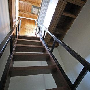 シアトルの小さい木のコンテンポラリースタイルのおしゃれな直階段 (金属の蹴込み板、金属の手すり) の写真