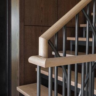Foto de escalera recta, tradicional renovada, grande, con escalones de madera, contrahuellas de metal y barandilla de metal