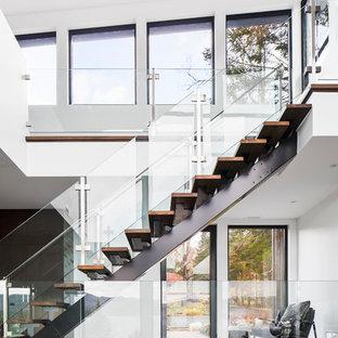 Foto de escalera recta, contemporánea, sin contrahuella, con escalones de madera