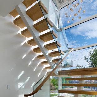 Foto på en stor funkis flytande trappa i trä, med öppna sättsteg