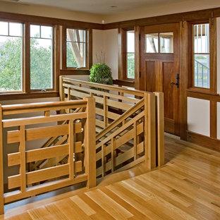 Ispirazione per una scala stile americano con parapetto in legno