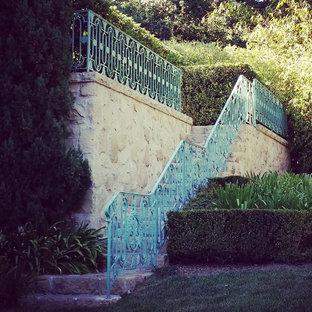 サンタバーバラの広いコンクリートのトラディショナルスタイルのおしゃれな直階段の写真