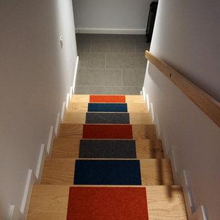 シアトルの中サイズのカーペット敷きのコンテンポラリースタイルのおしゃれなかね折れ階段 (カーペット張りの蹴込み板) の写真