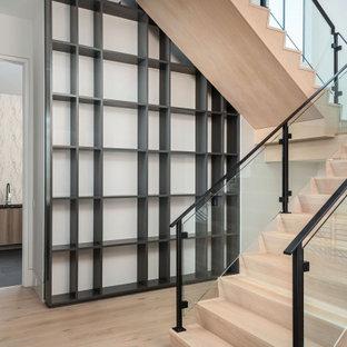 Foto de escalera en L y madera, minimalista, grande, con escalones de madera, contrahuellas de madera, barandilla de metal y madera