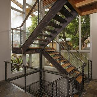 シアトルのラスティックスタイルのおしゃれなフローティング階段の写真