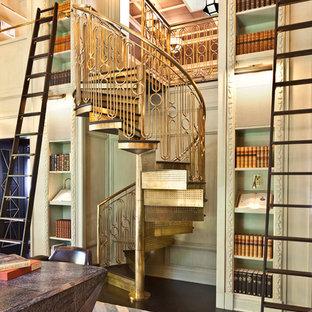Imagen de escalera de caracol, ecléctica, pequeña, con escalones de metal y contrahuellas de metal