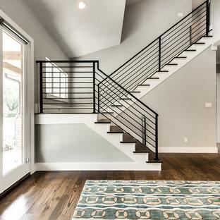 Foto de escalera en U, de estilo de casa de campo, con escalones de madera, contrahuellas de madera pintada y barandilla de metal