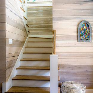 """Idee per una scala a """"U"""" country con pedata in legno, alzata in legno verniciato, parapetto in legno, pareti in perlinato e pareti in legno"""