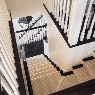 Imagen de escalera en L, marinera, de tamaño medio, con escalones de madera y contrahuellas de madera