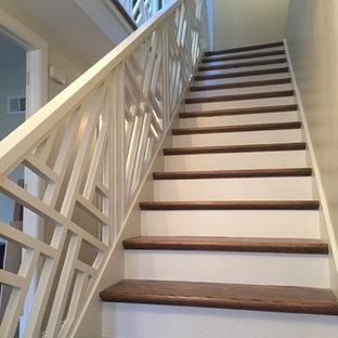 Ejemplo de escalera en U, tradicional renovada, grande, con escalones de madera pintada, contrahuellas de madera pintada y barandilla de madera