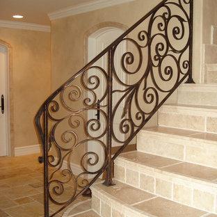 オレンジカウンティの小さいタイルの地中海スタイルのおしゃれな直階段 (タイルの蹴込み板、金属の手すり) の写真