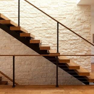 Diseño de escalera recta, minimalista, con barandilla de cable y escalones de madera