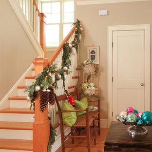 Ejemplo de escalera de estilo de casa de campo con contrahuellas de madera