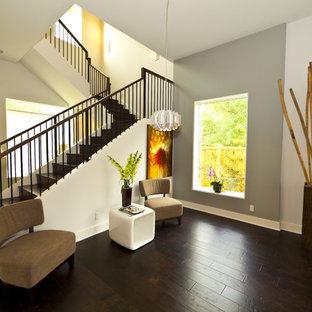 Foto de escalera en L, actual, de tamaño medio, con escalones de madera, contrahuellas de metal y barandilla de metal