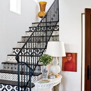 Diseño de escalera en L, mediterránea, con escalones de madera y contrahuellas con baldosas y/o azulejos