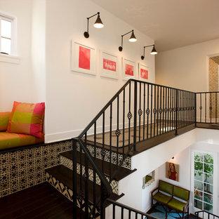Modelo de escalera mediterránea con escalones de madera y contrahuellas con baldosas y/o azulejos