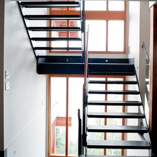 Diseño de escalera suspendida, contemporánea, con escalones con baldosas y contrahuellas de metal
