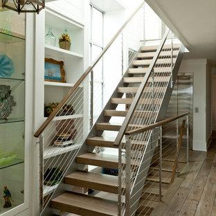 Ispirazione per una scala a rampa dritta costiera di medie dimensioni con pedata in legno, nessuna alzata e parapetto in cavi
