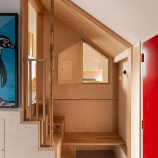 Cette photo montre un petit escalier scandinave avec du lambris.