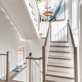 """Ispirazione per una scala a """"U"""" classica con pedata in legno, alzata in legno verniciato e parapetto in legno"""