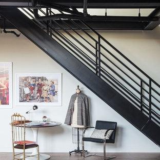 ロサンゼルスの中サイズの金属製のコンテンポラリースタイルのおしゃれな階段 (金属の手すり) の写真