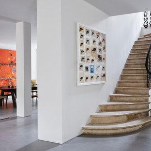 Imagen de escalera mediterránea, grande, con barandilla de metal
