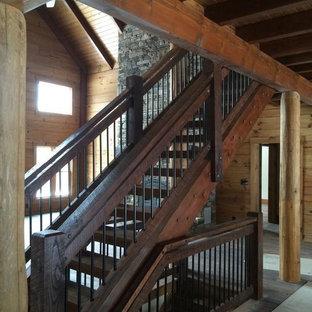Ejemplo de escalera recta, rural, grande, sin contrahuella, con escalones de madera