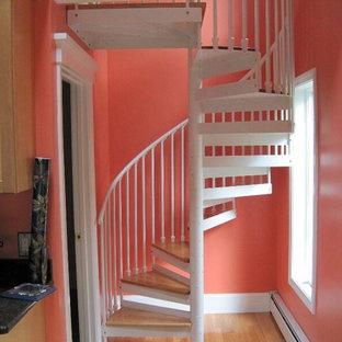 Réalisation d'un escalier hélicoïdal tradition avec des contremarches en métal.