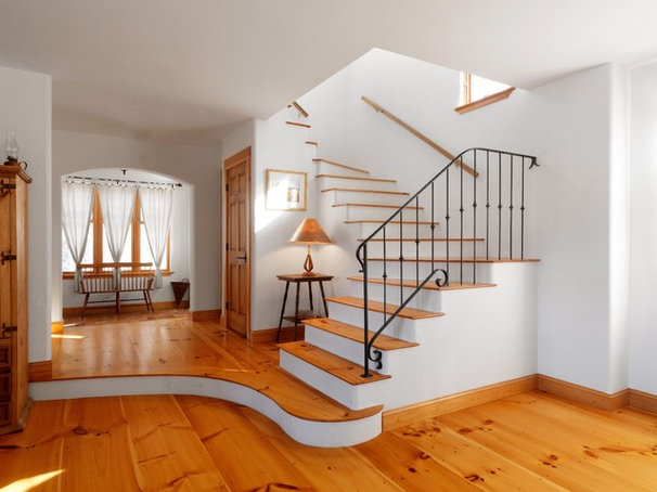 Traditional Staircase by the finishing company-Kaiser Homes