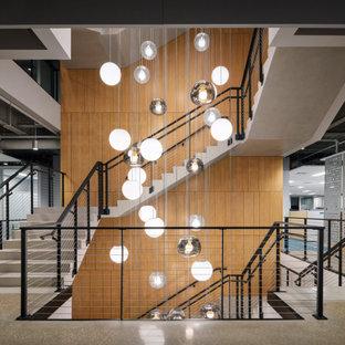 Modelo de escalera en U y madera, minimalista, extra grande, con escalones de madera, contrahuellas de madera, barandilla de cable y madera